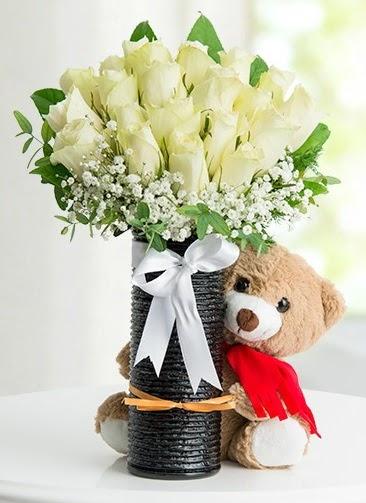 Cam vazoda 25 beyaz gül ve peluş ayı  çiçek satışı ankara balgat çiçekçi