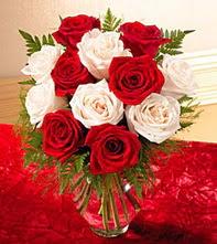 Balgat ucuz çiçek gönder  5 adet kirmizi 5 adet beyaz gül cam vazoda