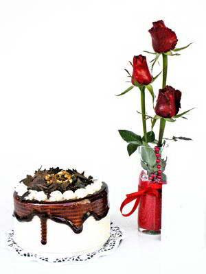 Balgat  ucuz çiçek , çiçekçi , çiçekçilik  3 adet gül cam yada mika vazoda  ve yaspasta