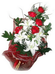 ww26w 5 adet kirmizi gül 1 adet kazablanka çiçegi buketi