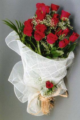 10 adet kirmizi güllerden buket çiçegi  yurtiçi ve yurtdışı çiçek siparişi