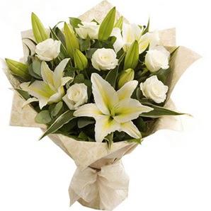 hediye sevgilime hediye çiçek  3 dal kazablanka ve 7 adet beyaz gül buketi