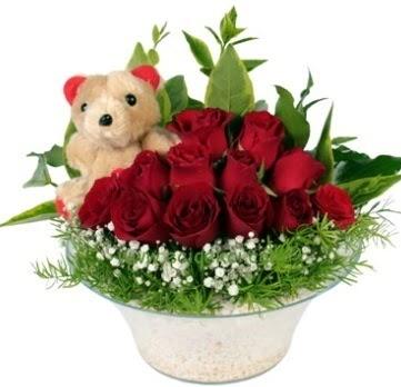 Cam tabakta 7 adet kırmızı gül ve küçük ayı  Ankara Balgat online internetten çiçek siparişi