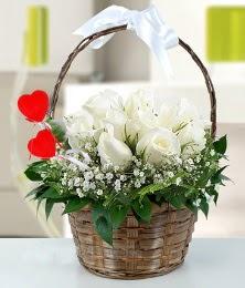 Sepet içerisinde 7 adet beyaz gül  Ankara internetten çiçek satışı
