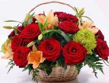 Sepette 5 adet kırmızı gül ve kır çiçekleri  Ankara İnternetten çiçek siparişi