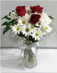 cam vazoda 3 adet kırmızı gül ve papatyalar  Balgat Ankara çiçek siparişi sitesi