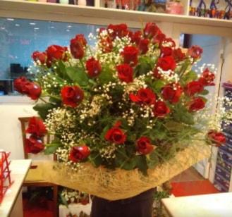 Kız isteme çiçeği buketi 33 gülden  Balgat çiçek gönderme sitemiz güvenlidir