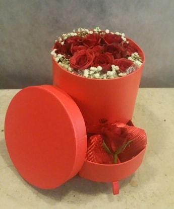 Çekmeceli kutu içerisinde çikolata ve güller  çiçek satışı ankara balgat çiçekçi