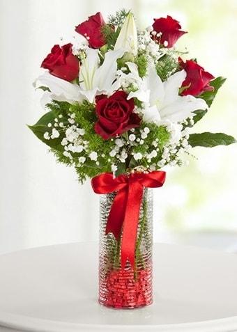 Vazoda Muhteşem Ahenk 2 lilyum 5 kırmızı gül  Ankara İnternetten çiçek siparişi